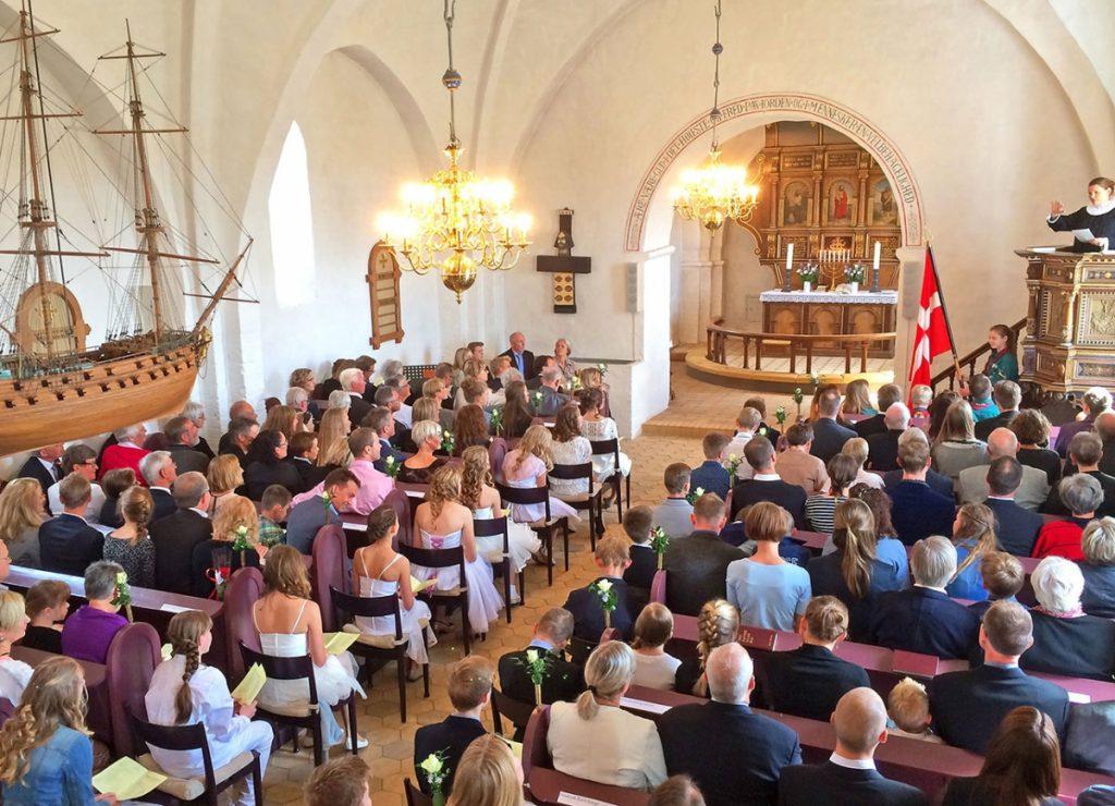 Haldum kirke er fýldt på alle kirkebænke med mennesker til konfirmation