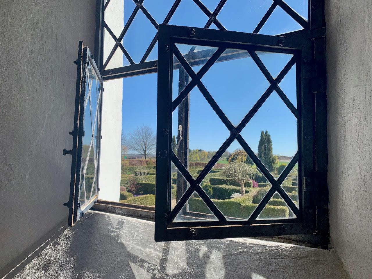 Åben vindue i kirke